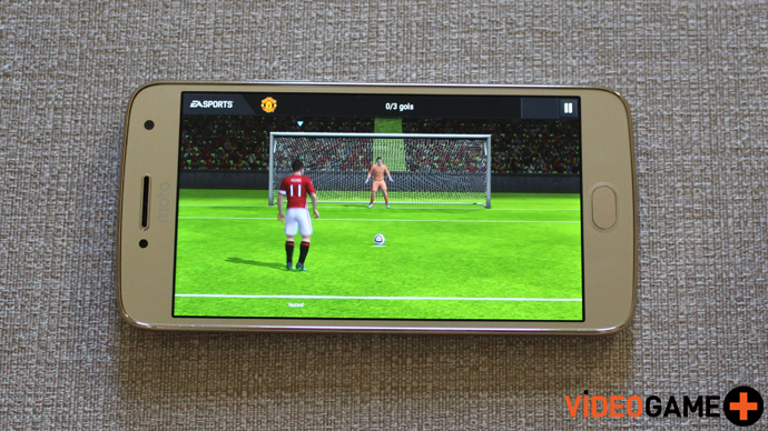 Moto G5 com FIFA Mobile